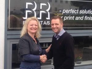 Darren Hallett and Heidi Graff shakes hands pleased with the Scandinavian cooperation